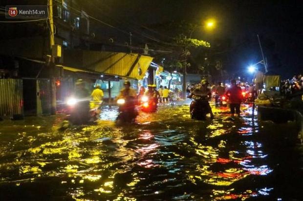 Triều cường ở Sài Gòn đạt đỉnh 1.64m, người dân vật lộn trong biển nước - Ảnh 8.