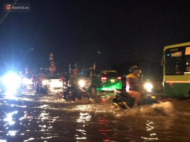 Triều cường ở Sài Gòn đạt đỉnh 1.64m, người dân vật lộn trong biển nước - Ảnh 9.