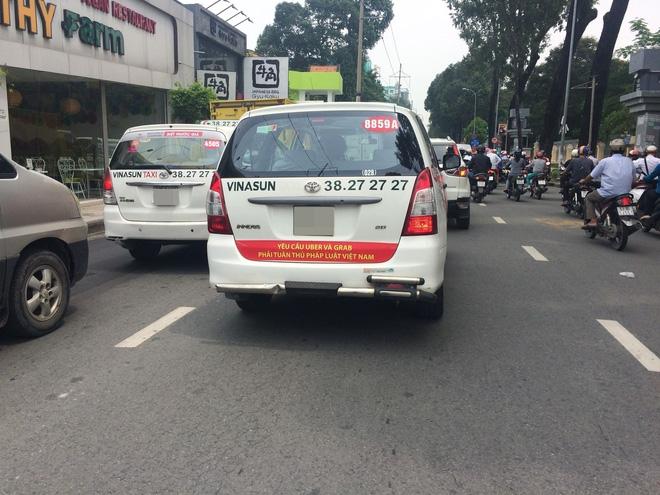 Vụ xe taxi Vinasun dán khẩu hiệu phản đối Uber và Grab: Lãnh đạo Vinasun yêu cầu toàn bộ tài xế gỡ bỏ decal - Ảnh 1.