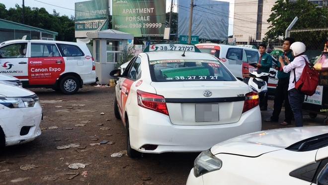 Vụ xe taxi Vinasun dán khẩu hiệu phản đối Uber và Grab: Lãnh đạo Vinasun yêu cầu toàn bộ tài xế gỡ bỏ decal - Ảnh 2.