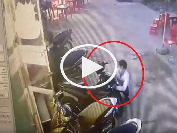 Clip: Táo tợn trộm xe máy ngay trước mặt bảo vệ