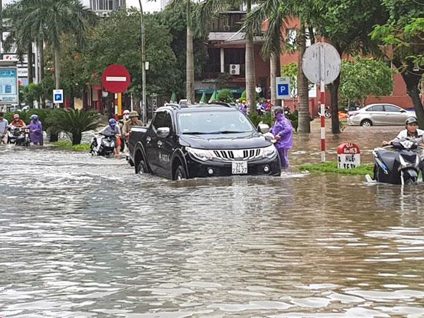 Đường phố Hà Tĩnh - Nghệ An thành sông sau đêm mưa lớn