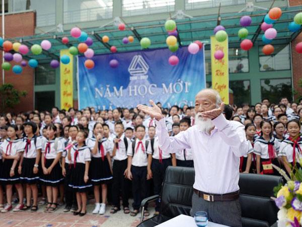 Khoảnh khắc bình dị của thầy Văn Như Cương qua những bức ảnh của cô giáo Văn Thùy Dương