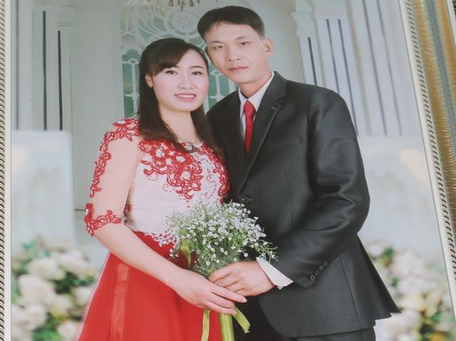 Vợ chồng chị Quyên chụp chung trong ngày kỷ niệm 20 năm ngày cưới. Ảnh: Đ.Tùy