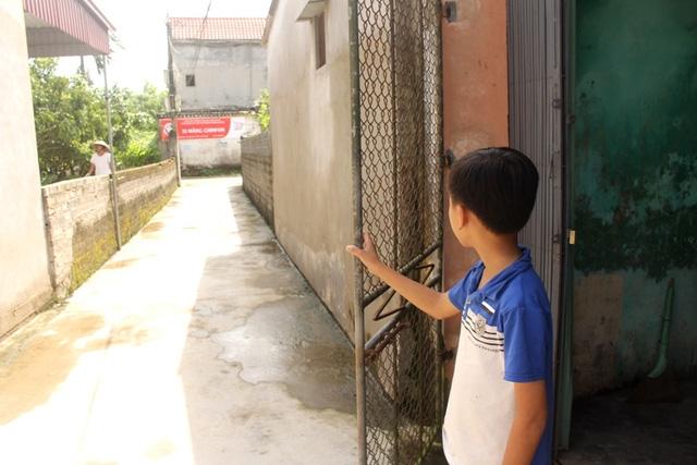 Ngày nào, cháu Phương cũng ra cổng ngóng chờ mẹ về. Ảnh: Đ.Tùy