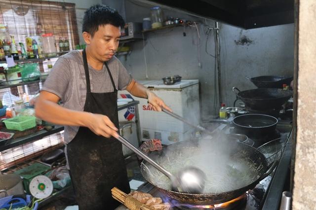 Khoảng 10 sáng đầu bếp bắt đầu nấu ăn để giữ thực ăn cho thức ăn luôn nóng hổi