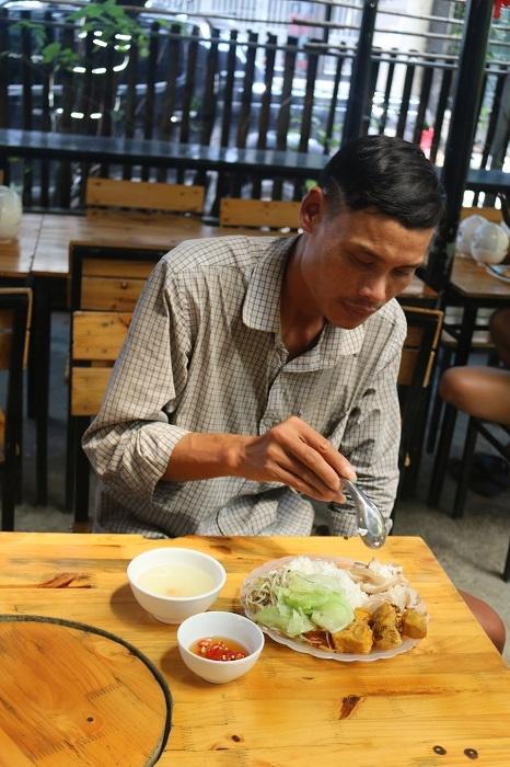 Nhiều người lao động là khách quen ở đây, vẫn đến ăn mỗi tuần trong suốt một năm qua