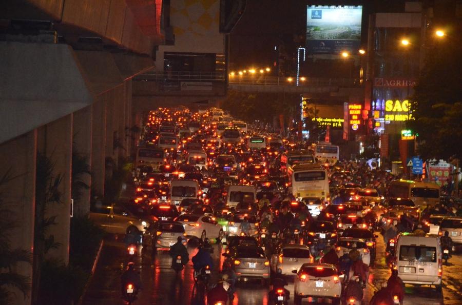 Hà Nội: Tắc đường kinh hoàng giờ tan tầm sau mưa lớn, di chuyển 3km cũng mất tới 1 tiếng đồng hồ! - Ảnh 1.