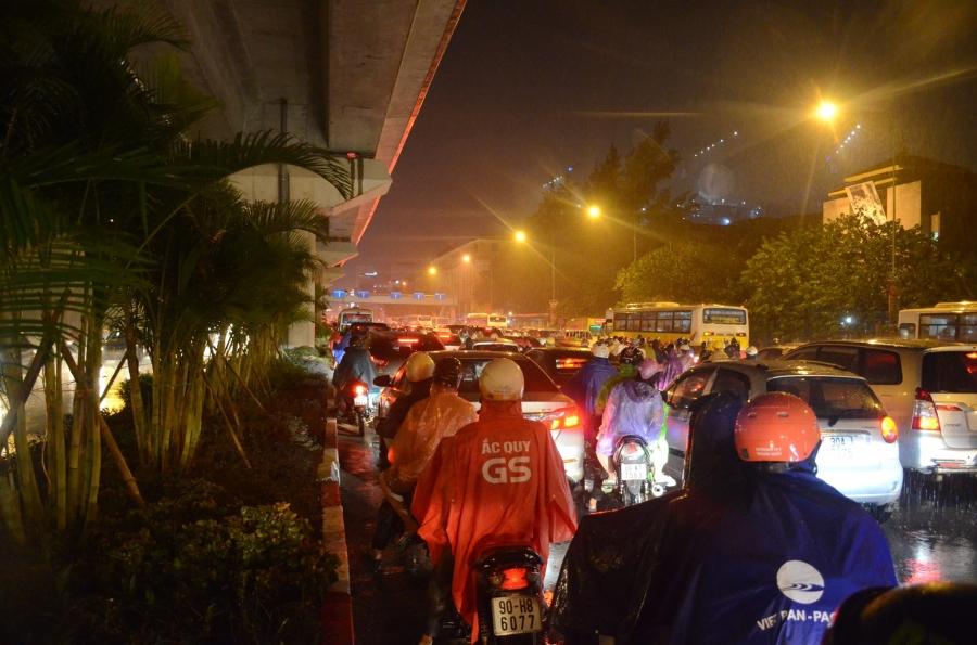 Hà Nội: Tắc đường kinh hoàng giờ tan tầm sau mưa lớn, di chuyển 3km cũng mất tới 1 tiếng đồng hồ! - Ảnh 5.