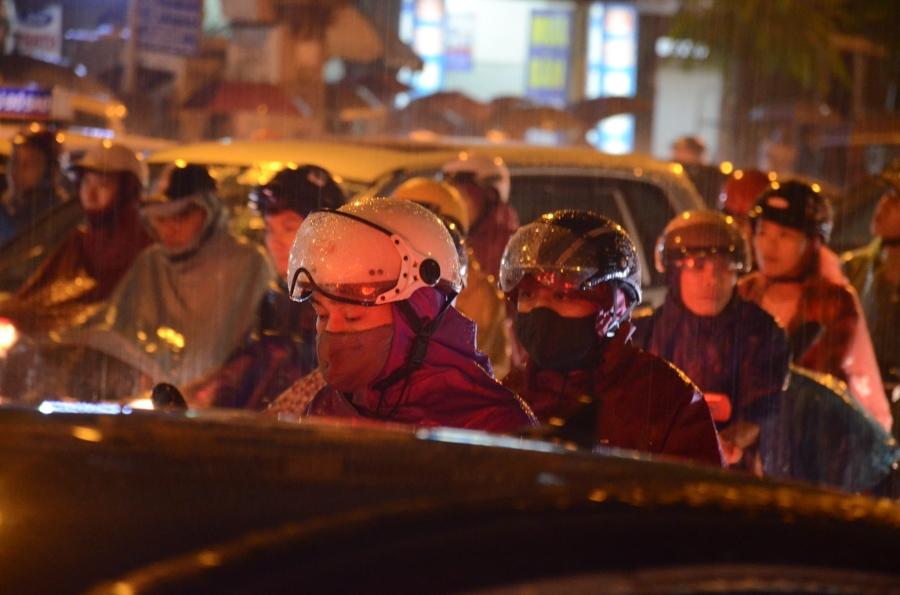 Hà Nội: Tắc đường kinh hoàng giờ tan tầm sau mưa lớn, di chuyển 3km cũng mất tới 1 tiếng đồng hồ! - Ảnh 6.