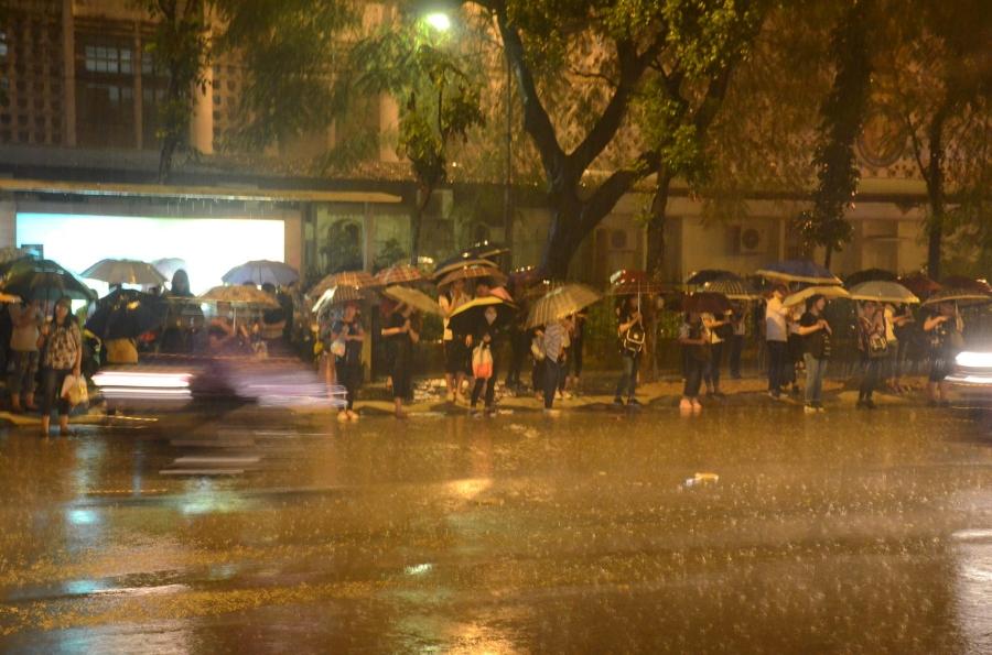 Hà Nội: Tắc đường kinh hoàng giờ tan tầm sau mưa lớn, di chuyển 3km cũng mất tới 1 tiếng đồng hồ! - Ảnh 7.
