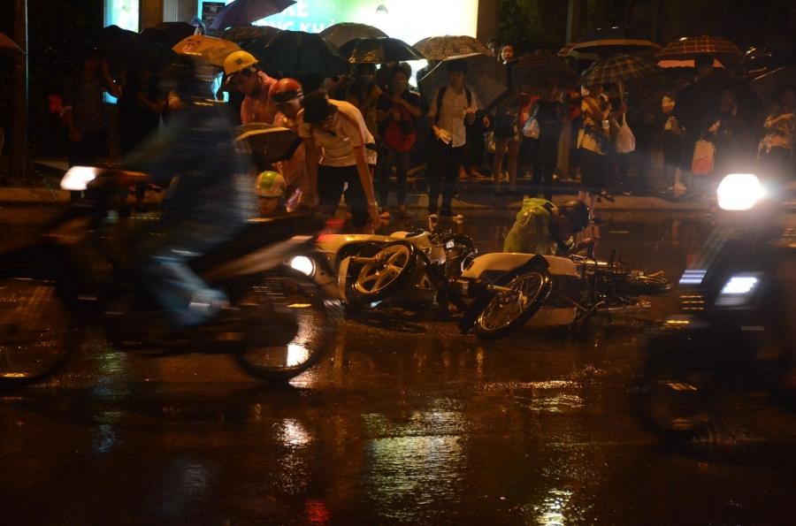 Hà Nội: Tắc đường kinh hoàng giờ tan tầm sau mưa lớn, di chuyển 3km cũng mất tới 1 tiếng đồng hồ! - Ảnh 8.