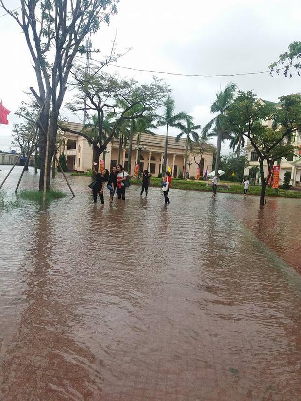 Hơn 300.000 học sinh Hà Tĩnh phải nghỉ học do mưa lớn - Ảnh 2.