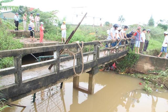Lực lượng chức năng dùng lưới thép ngăn tại các cống để tìm thi thể nạn nhân