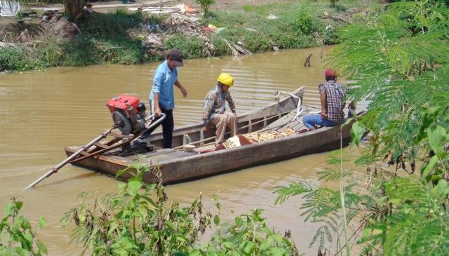 Người nhà đang đưa thi thể ông Lê Văn Sanh về nhà.