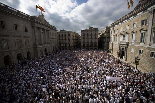 Tuần hành quy mô lớn ở Madrid và Barcelona, kêu gọi đối thoại. (Ảnh: Getty)