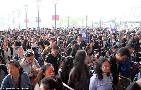 Ngộp thở cảnh dân Trung Quốc chen chúc đi du lịch - Ảnh 2.