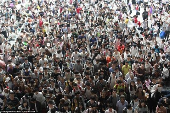 Ngộp thở cảnh dân Trung Quốc chen chúc đi du lịch - Ảnh 3.