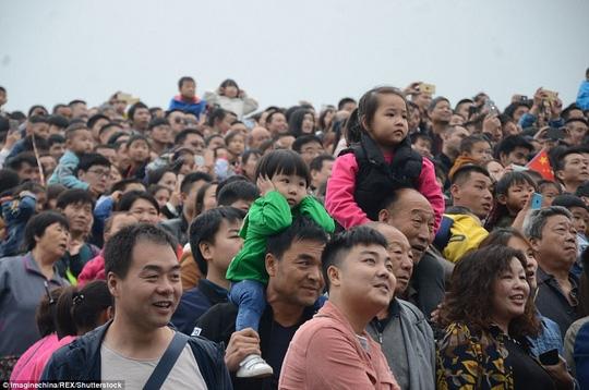 Ngộp thở cảnh dân Trung Quốc chen chúc đi du lịch - Ảnh 6.