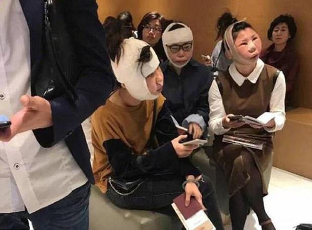 Sang Hàn Quốc thẩm mỹ, 3 nữ nhân mặt sưng, môi thâm bị chặn ở sân bay vì dung nhan khác xa ảnh hộ chiếu - Ảnh 1.