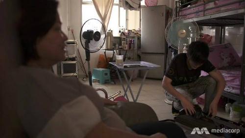 Khôn Hiền và mẹ trò chuyện trong khi chuẩn bị đồ trước khi ra nước ngoài thi đấu.