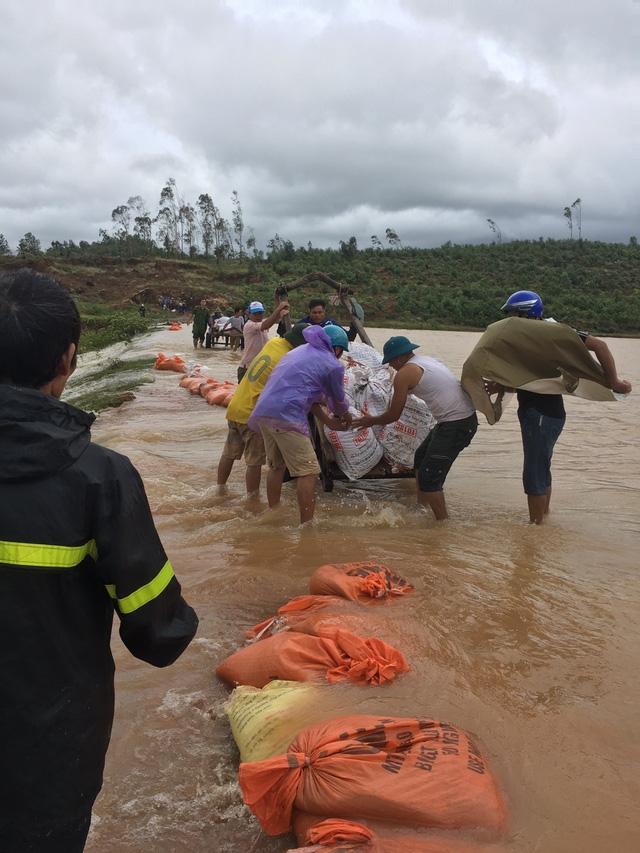 Ngay trong đêm 9/10 và sáng 10/10 xã Nghi Văn đã huy động người dân cùng cán bộ đắp những chỗ xung yếu trên thân đập Gà tránh nguy cơ có thể vỡ.