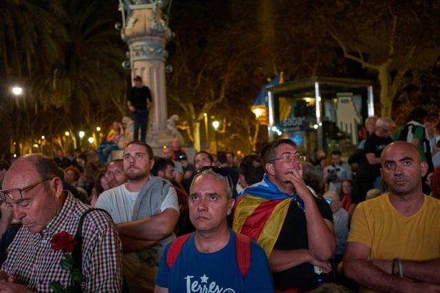 Hàng nghìn người Catalonia hồi hộp lắng nghe bài phát biểu của Thủ hiến Carles Puigdemont bên ngoài nghị viện. (Ảnh: NYTimes)