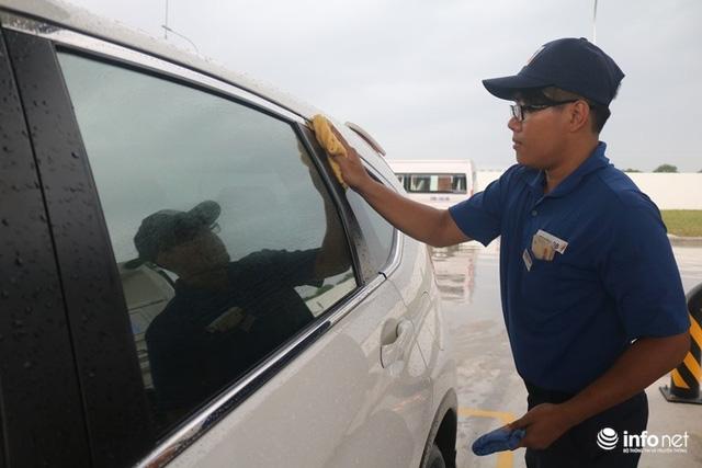 Vừa mở cây xăng đầu tiên ở Việt Nam, đại gia Nhật Bản đã gây sốt: Bán xăng chính xác tới 0,01 lít, lau kính ô tô miễn phí, nhân viên cúi gập người chào khách - Ảnh 2.