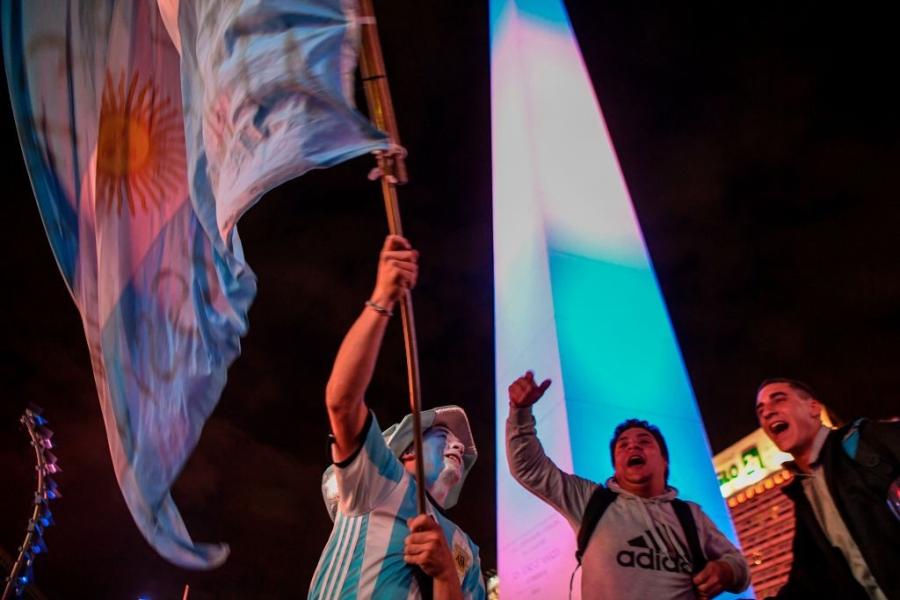 Dan Argentina trang dem an mung, chu tich LDBD bat khoc om chat Messi hinh anh 7