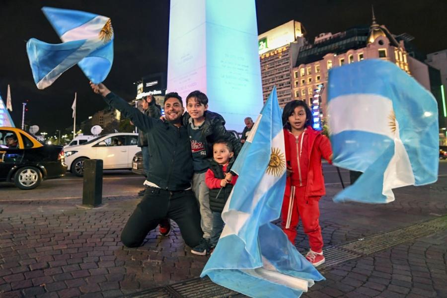 Dan Argentina trang dem an mung, chu tich LDBD bat khoc om chat Messi hinh anh 8
