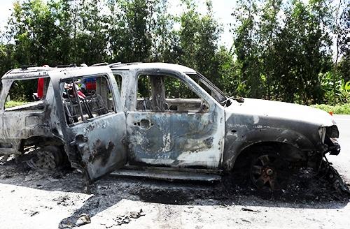 Ô tô chở giám đốc bị phóng hỏa cháy rụi. Ảnh: Cửu Long.