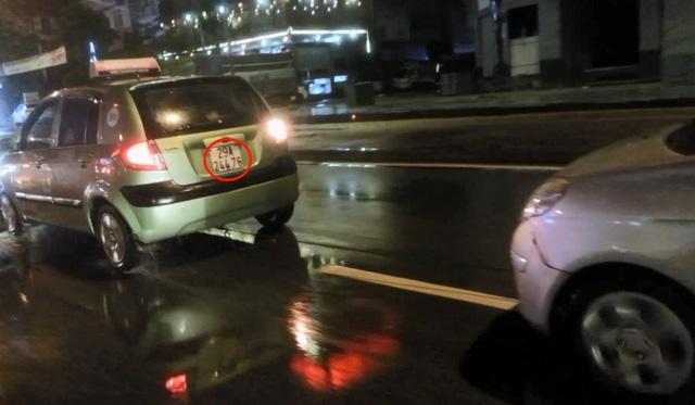 Hai chiếc xe taxi kéo nhau bằng một sợi dây dù.