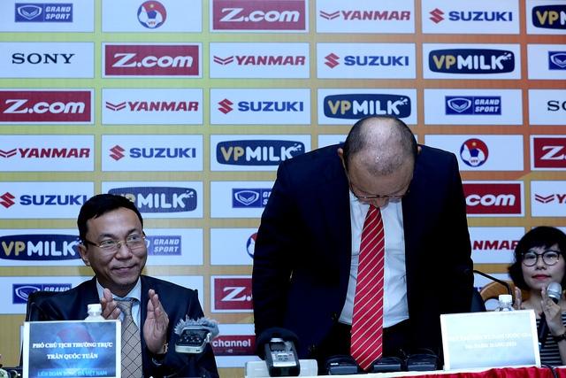 HLV Park Hang Seo cúi đầu chào người hâm mộ Việt Nam - Ảnh: Gia Hưng