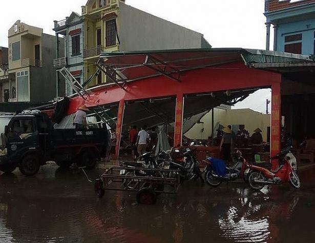 Lốc xoáy ở Thái Bình: 4 người bị thương, nhà đổ sập, tốc mái - Ảnh 4.