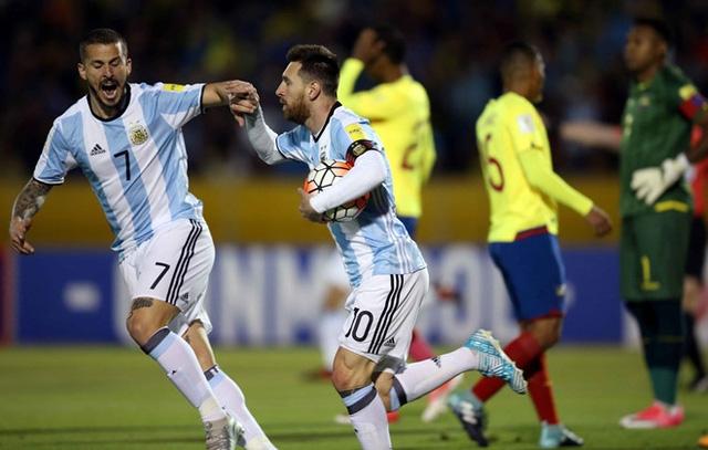 Một lần nữa, Messi lại giúp Argentina dẫn Ecuador 2-1