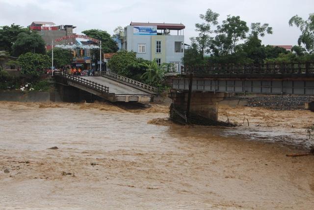 Mưa lũ miền Bắc: Sập cầu ở Yên Bái, 6 người bị cuốn trôi - Ảnh 1.