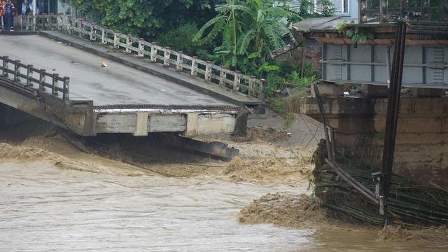 Mưa lũ miền Bắc: Sập cầu ở Yên Bái, 6 người bị cuốn trôi - Ảnh 2.