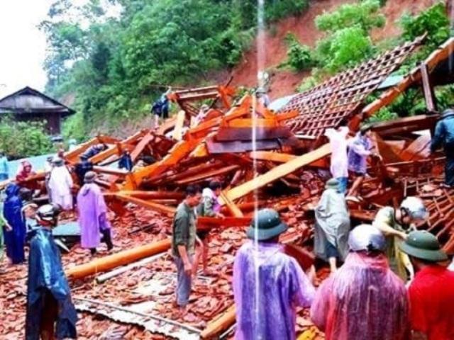 Nghệ An: Gia đình đang ngủ say, nhà gỗ tiền tỷ rung lắc rồi đổ sập trong tích tắc - Ảnh 1.