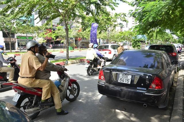Chiếc ô tô đỗ sai quy định trên đường Hàm Nghi bị CSGT ghi hình để phạt nguội