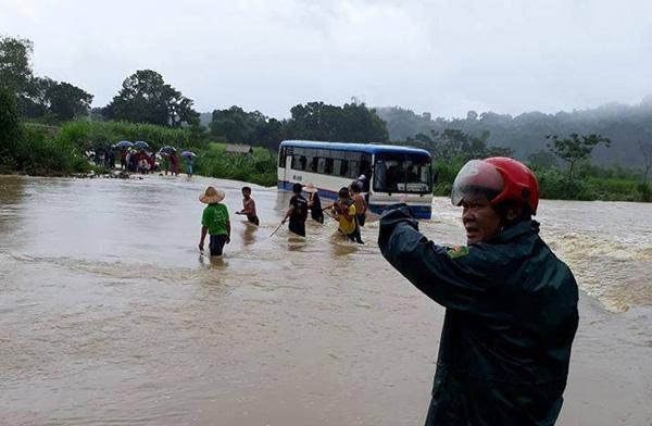 Thanh Hóa: Xe ô tô bất ngờ chết máy giữa dòng nước lũ, 47 học sinh hốt hoảng bám dây thừng tìm đường vào bờ - Ảnh 1.