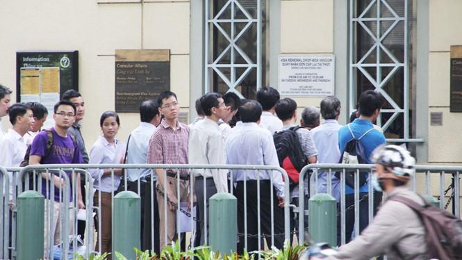 Xếp hàng chờ phỏng vấn xin thị thực tại Tổng lãnh sự quán Mỹ ở TP.HCM /// Trung Hiếu