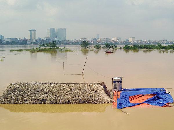 Nước sông Hồng dâng cao, bãi giữa ở Hà Nội chìm nghỉm