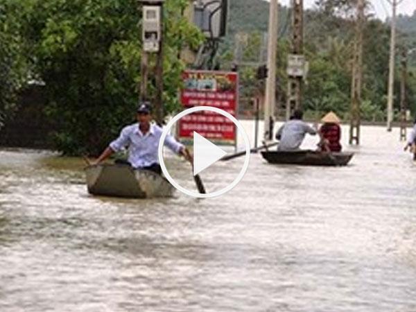Video: Vỡ đê bao, dân vùng ven Hà Nội bơi thuyền trong ngõ xóm