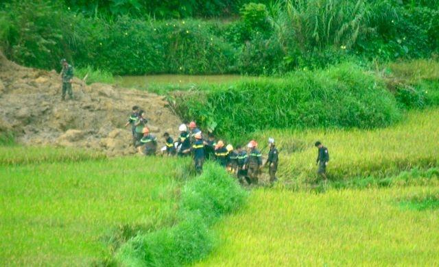 Cận cảnh hiện trường vụ sạt lở đất làm gần 10 người chết - 10