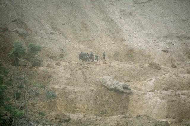 Cận cảnh hiện trường vụ sạt lở đất làm gần 10 người chết - 11