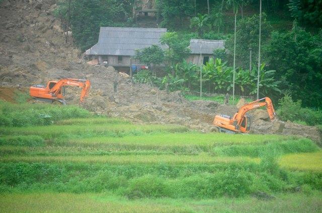 Cận cảnh hiện trường vụ sạt lở đất làm gần 10 người chết - 12