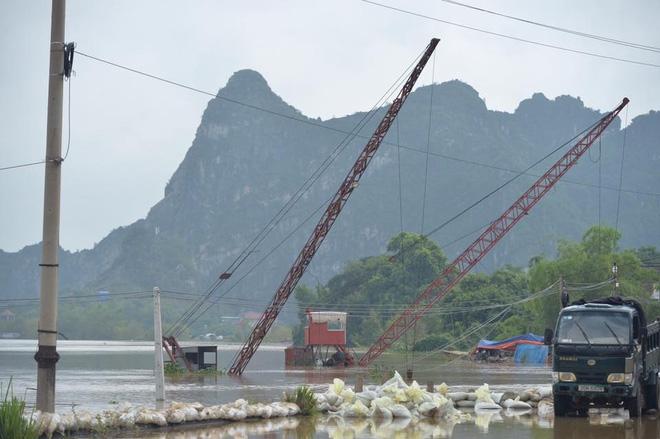 Chùm ảnh: Ninh Bình nhiều nơi nước ngập quá 2m, đường vào khu du lịch Bái Đính bị cô lập - Ảnh 2.