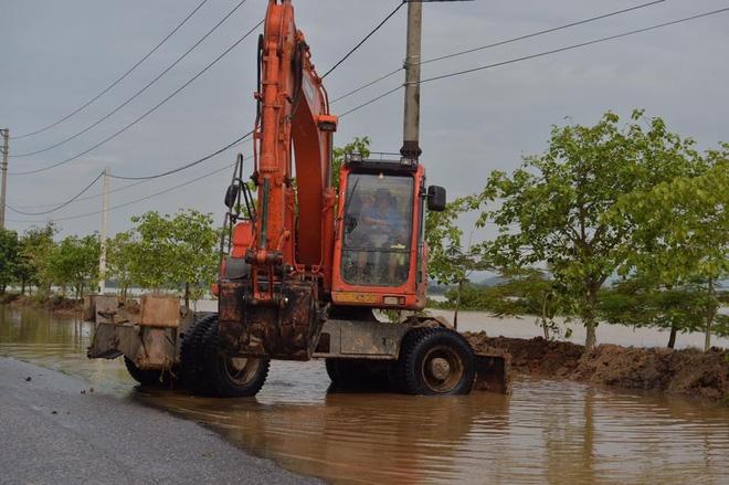Chùm ảnh: Ninh Bình nhiều nơi nước ngập quá 2m, đường vào khu du lịch Bái Đính bị cô lập - Ảnh 5.