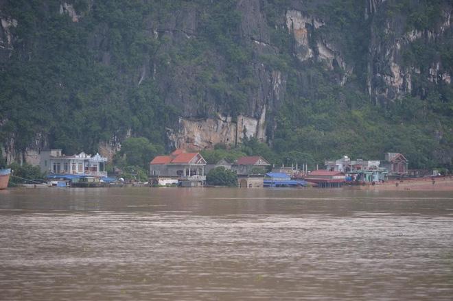Chùm ảnh: Ninh Bình nhiều nơi nước ngập quá 2m, đường vào khu du lịch Bái Đính bị cô lập - Ảnh 18.