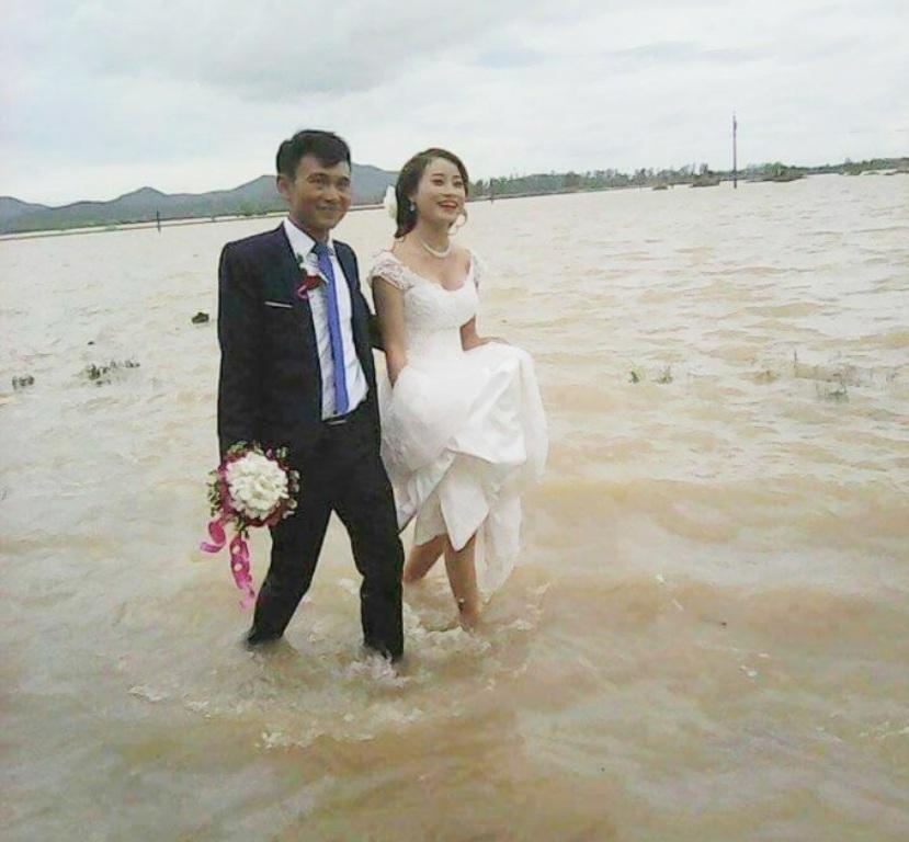 Nước ngập mênh mông, các cặp đôi ở Nghệ An vẫn quyết tâm chạy lũ tổ chức đám cưới - Ảnh 1.